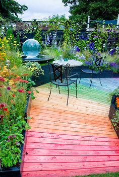 I definitely plan to do this. :) Mixture of hot to cool colors in garden path and plantings of flowers, annuals and perennials in rainbow of hues for color themes in small space Small Gardens, Outdoor Gardens, Dream Garden, Home And Garden, Rainbow Garden, Outdoor Living, Outdoor Decor, Garden Theme, Garden Structures