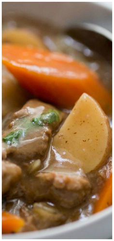 Beef Stew (Crockpot Recipe) ~ Tender beef chunks with carrots and red potatoes all wrapped up in a buttery, velvety thick gravy. Slow Cooker Recipes, Crockpot Recipes, Soup Recipes, Healthy Recipes, Free Recipes, Easy Recipes, Mac And Cheese Rezept, Beef Recipes For Dinner, Carrots