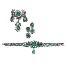 Conjunto de esmeraldas y diamantes joyas, finales del siglo 19 Consta de: un broche decorado con motivos foliadas establecidos con forma de cojín, circularidad, de un solo corte y rosados diamantes, esmeraldas, acentuado con forma de cojín, suspendiendo tres pampilles establecidos con tres esmeraldas en forma de pera; un brazalete ajustado en el centro con una esmeralda paso a cortar, suspensión y ajustado a cada lado de esmeraldas en forma de pera pulido