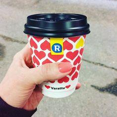Haastavaa aamuaivoille nää värikoodatut kahvimukit. Ettei nyt vaan sattuis väärä. #ärräkahvi #ärrä #sinkkumuki #varattumuki #kahvi #takeaway #hearts #coffee #takeawaycoffee by mrsvallin