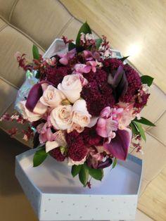 buque vintage com flores nobres fohagem em ruscus orqudea chocolate calas