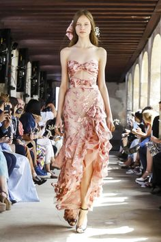Rodarte Source by plouw fashion dresses Star Fashion, Fashion News, High Fashion, Fashion Show, Fashion Looks, Fashion Design, Fashion Trends, Style Haute Couture, Couture Fashion