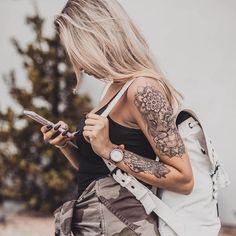 10 Minimalist Tattoo Designs For Your First Tattoo - Spat Starctic Half Arm Sleeve Tattoo, Tattoo Arm Frau, Tattoos For Women Half Sleeve, Forearm Sleeve Tattoos, Shoulder Tattoos For Women, Tattoo Sleeve Designs, Sleeve Tattoo Women, Girl Arm Tattoos, Badass Tattoos