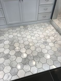 - Floors - Aimez ce gris avec le coulis plus sombre. Carrelage hexagonal dans la salle de b. Love this gray with the darker grout. Hexagonal tile in the bathroom tile Hexagon Tile Floor, Bathroom Floor Tiles, House Design, Flooring, House Bathroom, Home Remodeling, Bathrooms Remodel, Tile Bathroom, Home Renovation