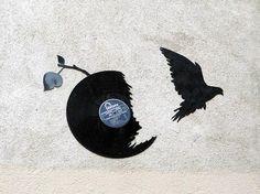 Des silhouettes de chauves-souris et oiseaux avec des vinyles, par Kesa à Lyon - Street Art
