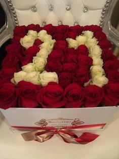 Cifra 21 scrisa din trandafiri rosii si albi. Roses Luxury, Luxury Flowers, Black And White Roses, Pink And Gold, Orange Roses, Purple Roses, Stock Wedding Bouquet, Stock Flower, Box Roses