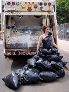 Diese Trash Fashion – oder … Trashion, wenn man so will. Ugly Dresses, Prom Dresses, Formal Dresses, Fancy Dress, New Dress, Strapless Dress Formal, Weird Fashion, Fashion Show, Diy Vestido