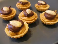V kuchyni vždy otevřeno ...: Karamelové košíčky Xmas Food, Christmas Baking, Mini Cheesecakes, Arabic Food, Sweet And Salty, Holiday Cookies, Diy Food, Sweet Recipes, Xmas Recipes