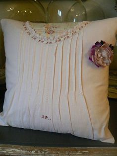 New pillow technique to try. Source by cherricase Breastfeeding Pillow, Shabby Chic Pillows, Floor Seating, Decoration, Bed Pillows, Pillow Covers, Sewing Projects, Diy, Quilts