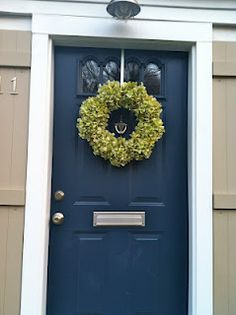 26 Trendy Front Door Colors With Tan House Black Shutters Wreaths Tan House, Black House, Front Door Colors, Front Door Decor, Diy Wreath, Wreaths, Wreath Making, Wreath Ideas, Porches
