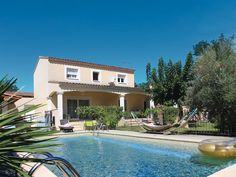 This very beautiful Provençal villa, with its private swimming pool and pool house makes for a holiday to remember.