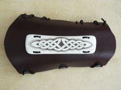 scrimshaw von Gele Schloetmann, keltischer Knoten auf Armschutz von Aulus