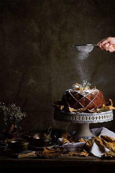 Bundt Cake by Raquel Carmona food photography styling Bundt Cake de Calabaza Dark Food Photography, Cake Photography, Christmas Food Photography, Photography Photos, Bunt Cakes, Cupcake Cakes, Cupcakes, Smash Cakes, Slow Cooker Desserts