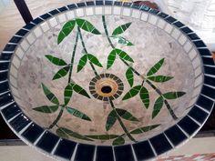 Cuba para lavabo ou banheiros com base de cerâmica, interior de mosaico e parte externa verniz craquelê medindo 43 x 13 cm podendo dar uma variação de dois cm pra mais ou pra menos, consultar a medida exata que temos no estoque.