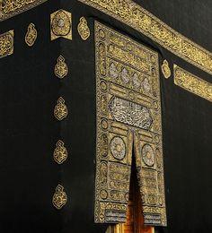 Makkah kaaba door with verses from the qoran holy book in gold Premium Photo Mecca Islam, Mecca Kaaba, Islam Quran, Doa Islam, Muslim Images, Islamic Images, Islamic Art, Islamic Pictures, Mecca Wallpaper