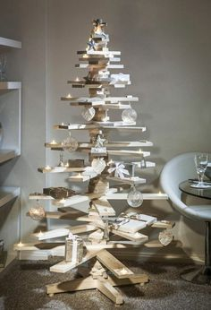 This is the most loved wooden pallet Christmas tree design. Everyone wants to make this Christmas tree but it is quite difficult and the most difficult part is to place candle holder in the wooden pallet planks. Creative Christmas Trees, Pallet Christmas Tree, Christmas Tree Design, Noel Christmas, Rustic Christmas, Christmas Projects, Outdoor Christmas, Christmas Ideas, Cardboard Christmas Tree