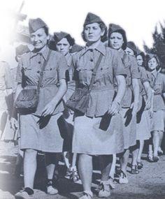 France. Les Merlinettes. Cependant près de cinquante jeunes filles sont plus spécifiquement sélectionnées, instruites et entraînées  - notamment au saut en parachute - pour devenir opératrices radio en France occupée. Cette mission particulièrement dangereuse coûte la vie à cinq d'entre elles: Elisabeth Torlet fusillée le 6 septembre 1944 près de l'Isle-sur-Doubs, Marie-Louise Cloarec, Pierrette Louin, Eugénie Djeni et Suzanne Meritzien exécutées le 18 janvier 1945 au camp de Ravensbrück.