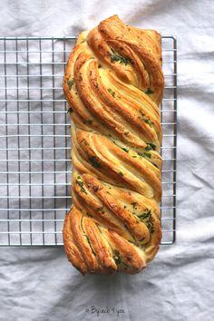 Babka comme un garlic bread, que de noms exotiques dans ce titre pour dire qu'il s'agit d'une brioche tressée à l'ail mais avouez que cela sonne mieux. Le garlic bread j'adore ça, c'est un pain à l'ail et au persil que j'ai découvert en Australie il y...