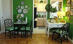 Тарелки на стене в интерьере кухни