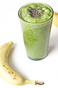 How to make detox smoothies. Do detox smoothies help lose weight? Learn which ingredients help you detox and lose weight without starving yourself. Smoothie Packs, Avocado Smoothie, Green Smoothie Recipes, Healthy Smoothies, Healthy Drinks, Healthy Snacks, Smoothie Diet, Diet Drinks, Matcha Smoothie