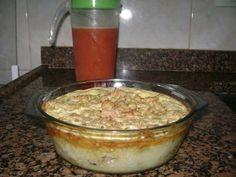 Ingredientes: Sobras de pernil desfiado (pode substituir por carne moída) 8 batatas gandes cozidas e espremidas 1 copo de requeijão cremoso 2 ovos 200 ml de leite 2 colheres de sopa de manteiga 1/2 cebola picada 1 pacote de queijo ralado Salsinha e pimenta a gosto MODO DE PREPARO: Primeiro pegue as sobras de pernil …