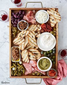 How to Host a dinner party - italian bruschetta bar recipe Best Party Appetizers, New Year's Eve Appetizers, Appetizer Recipes, Appetizer Party, Dinner Party Recipes Make Ahead, Food For Dinner Party, Easy Starters Dinner Party, Party Menu Ideas, Easy Food For Party