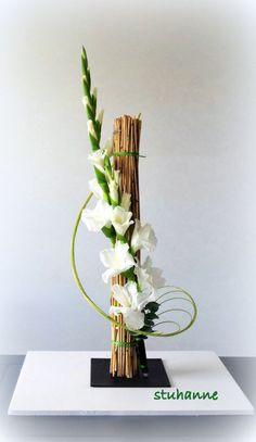 Arte Floral - Her Crochet Contemporary Flower Arrangements, Creative Flower Arrangements, Flower Arrangement Designs, Beautiful Flower Arrangements, Unique Flowers, Big Flowers, Ikebana Arrangements, Ikebana Flower Arrangement, Flower Vases