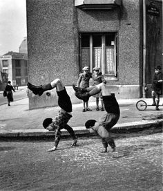 vintage everyday: 30 Amazing B&W Photos of Street Scenes of Paris Taken by Robert Doisneau in the 1940s-50s