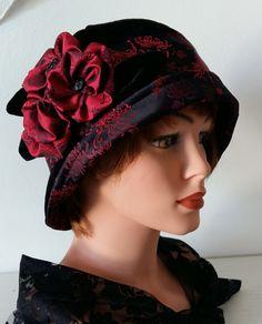 Cloche, Glockenhut, Flapper Hut,Samt schwarz, roter Seidenbrokat,  Gr 57/58 Vintage Style by MermaidsHatbox on Etsy