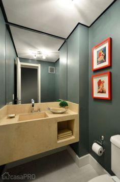 A bancada de mármore é a estrelha do banheiro projetado por Alessandra Bonotto Hoffmann Paim.