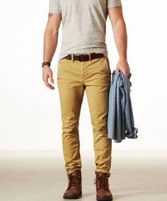 Calça amarela + sapato marro + camiseta cinza