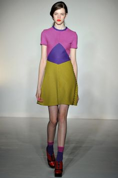 this would be flattering on so many figures, that color blocking chops your waist & hips down to nothing.