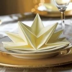 Napkin Folding Origami that we can use for adding special touches of elegance to a formal dinner table for a special event. Need some ideas for the luncheon or breakfast your planning, or how about the wedding reception party? Christmas Table Settings, Christmas Table Decorations, Holiday Tables, Decoration Table, Christmas Tree Napkin Fold, Christmas Napkins, Christmas Lunch, Bunny Napkin Fold, Dinner Napkins