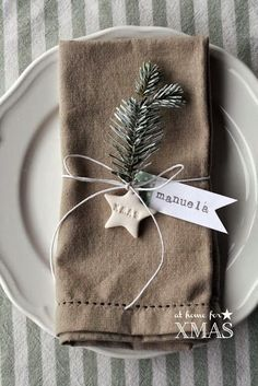 "Christmas Table Settings - ""at home for XMAS"" tutorial segnaposto natalizio Christmas Table Settings, Christmas Table Decorations, Holiday Tables, Christmas Home Decorating, Christmas Place Setting, Christmas Place Cards, Christmas Tables, Natal Natural, Navidad Natural"