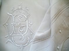 LINGE ANCIEN/ Petit drap brodé sur toute la découverte en lin fin avec magnifique monogramme CD. Vintage linen with monogram