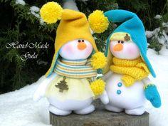 Two adorable snow people Christmas Makes, Felt Christmas, Christmas Projects, Christmas Ornaments, Sock Snowman, Snowman Crafts, Felt Crafts, Snowmen, Handmade Christmas Decorations