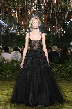 Roncier de Mûres » Black and soft pink ball gown, late-summer embroidery with blackberries and small feathered stars. Tiara in feathers.
