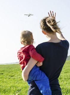 Fingerspiel: Ein Flugzeug hebt ab