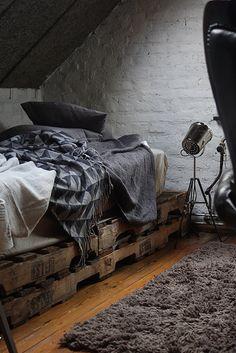 olohuone,olohuoneen sisustus,harmaa,tiiliseinä,kuormalava