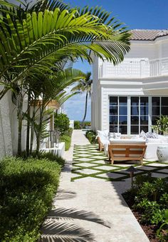Florida Beach House with Coastal Farmhouse Interiors-Side patio - Landscaping Photograpy Modern Front Yard, Small Front Yard Landscaping, Farmhouse Landscaping, Landscaping Ideas, Florida Landscaping, Landscaping Borders, Paving Ideas, Driveway Landscaping, Coastal Farmhouse