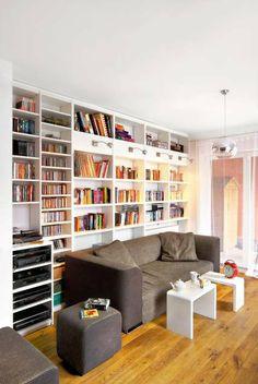 Szafa integralną częścią ściany plus świetne połączenie kolorów - szary, drewno i biały.