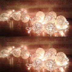 Guirnalda con luces y esferas de hilo hechas a mano