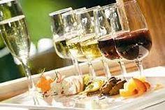 Gezellig genieten van een hapje en een drankje tijdens een high wine.