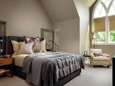 Las grandes ventanas de estilo Tudor en este dormitorio de invitados rebotan la luz natural en los espejos de cama metálica y de noche, por lo que la luz de otra manera oscura paleta de gris y brillante. Un gran cojín se hace eco de Tudor encanto de la casa. menos ...