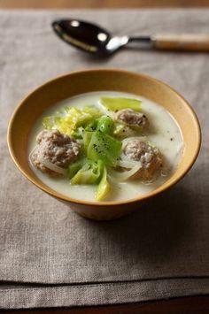 鶏団子と春キャベツの塩麹豆乳スープ