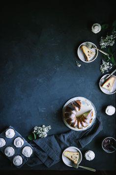 Raspberry Almond Swirl Cake with White Chocolate Glaze Salted Vanilla Buttercream Cupcakes by Eva Kosmas Flores An easy and delicious recipe for raspberry almond swirl bundt cake with salted vanilla buttercream and white chocolate glaze. Best Dessert Recipes, Fun Desserts, Breakfast Recipes, Dinner Recipes, Chocolate Glaze, White Chocolate, Swirl Cake, Dark Food Photography, Food Wallpaper