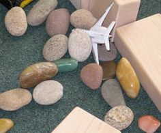 Ideas for adding and using loose parts for activities in a child care program. Preschool Curriculum, Math Activities, Preschool Ideas, Play Based Learning, Early Learning, Science For Toddlers, Kids Library, Nature Study, Early Childhood Education