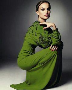 actress, Natalie Portman in a pretty green dress. Beautiful Gowns, Beautiful Outfits, Beautiful People, Gorgeous Dress, Beautiful Women, Looks Street Style, Looks Style, Green Fashion, High Fashion