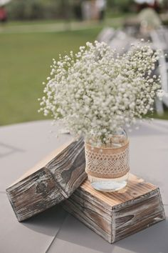(Foto 5 de 12) Centro de mesa de boda sencillo con tarrito de vídrio, paniculata y tela arpillera. Imagen bridalmusigns.com, Galeria de fotos de Centros de mesa de boda sencillos y económicos