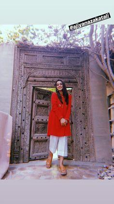Simple Pakistani Dresses, Pakistani Fashion Casual, Pakistani Outfits, Stylish Dresses For Girls, Stylish Girls Photos, Indian Bridal Outfits, Indian Designer Outfits, Punjabi Dress Design, Iqra Aziz